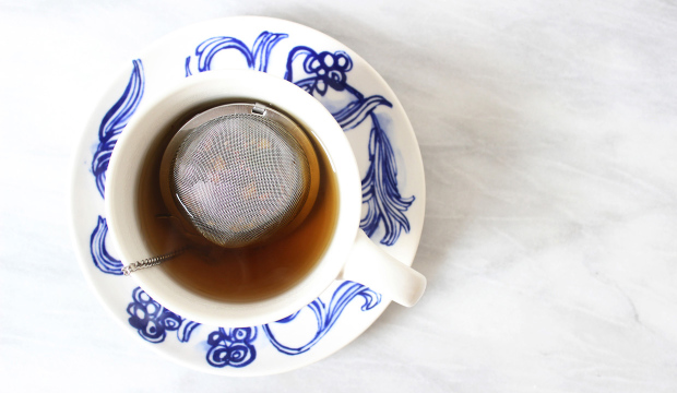 how-to-use-a-tea-strainer