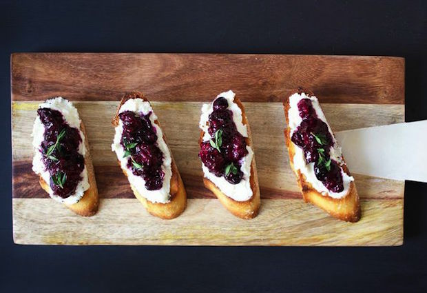 berry-crostini-with-ricotta